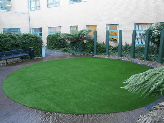 outdoor artificial grass area in circle shape with decking